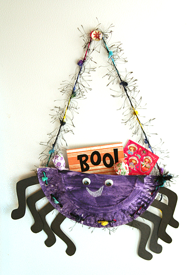 Paper plate spider treat pocket craft